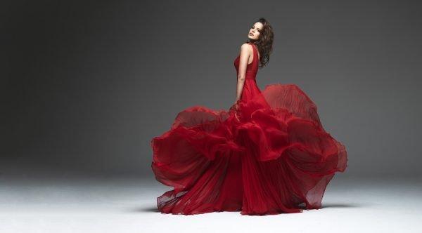 Эффектная девушка в алом платье