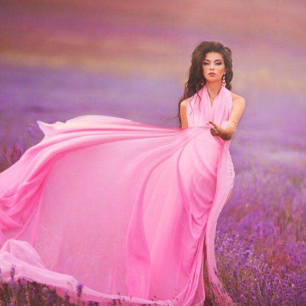Девушка в красивом платье посреди лавандового поля
