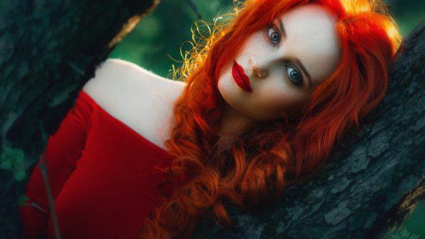 Красивая девушка с рыжими волосами