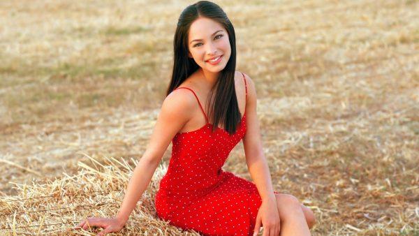 Обаятельная девушка на собранном сене