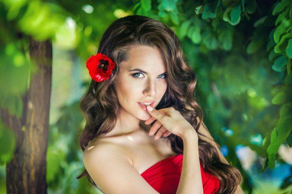 Сексуальная девушка с красным маком в волосах