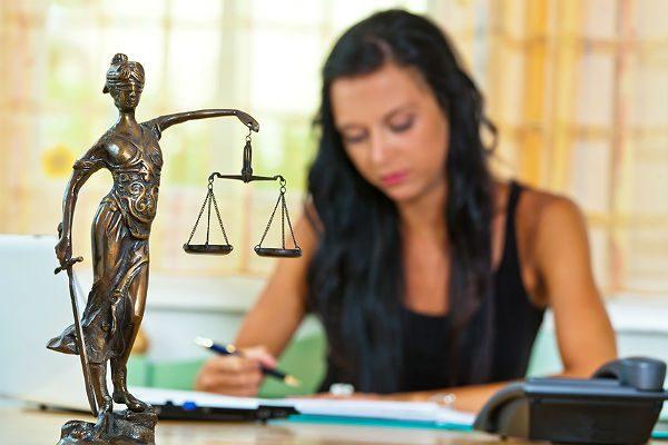 Девушка работает юристом