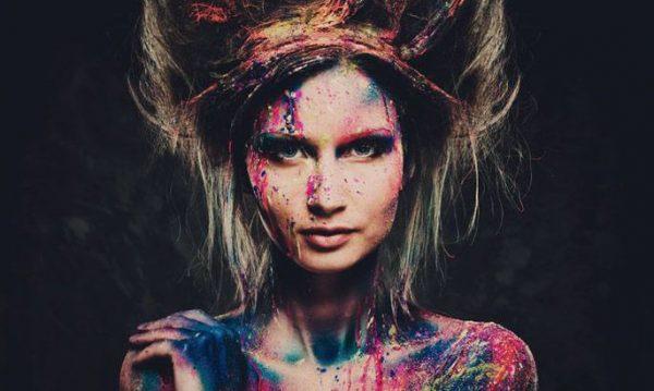 Девушка в пятнах краски