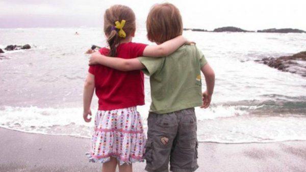 Мальчик и девочка на берегу моря
