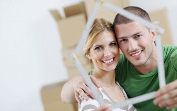 Супруги держат форму в виде дома