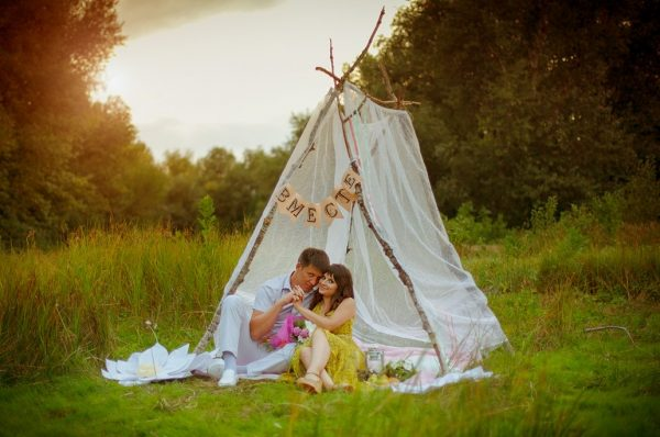 Влюблённая пара в шалаше