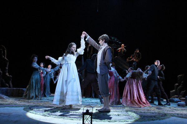 Актёры на сцене театра