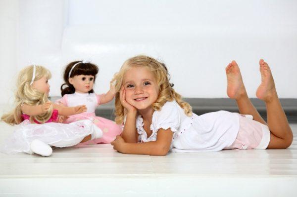 Девочка с куклами