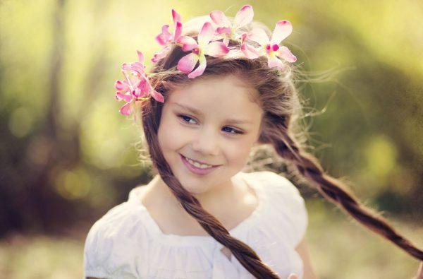 Девочка с венком на голове