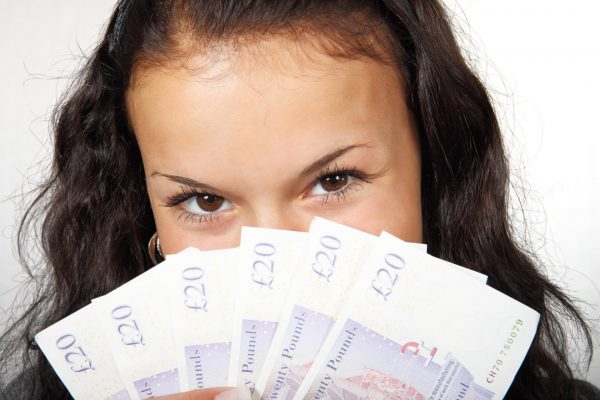 Девушка держит деньги