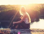 Девушка на фоне солнечных лучей