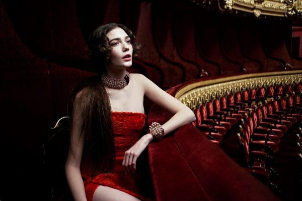 Девушка в театре