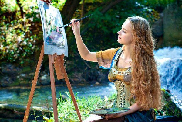 Художница пишет картину