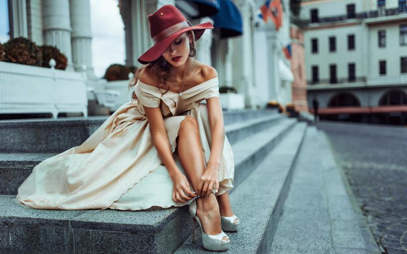 Красивая девушка на ступеньках здания