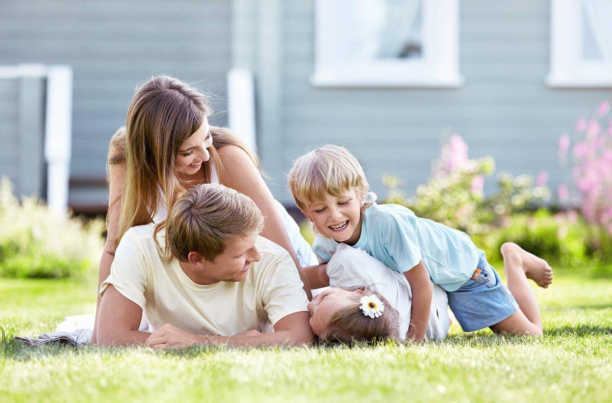 Картинки счастливой семьи с двумя детьми на фоне дома