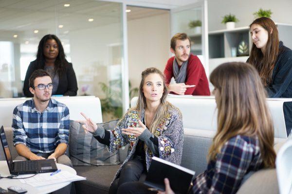 Сотрудники обсуждают рабочие вопросы