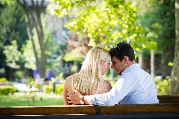 Влюблённая пара на скамейке в парке