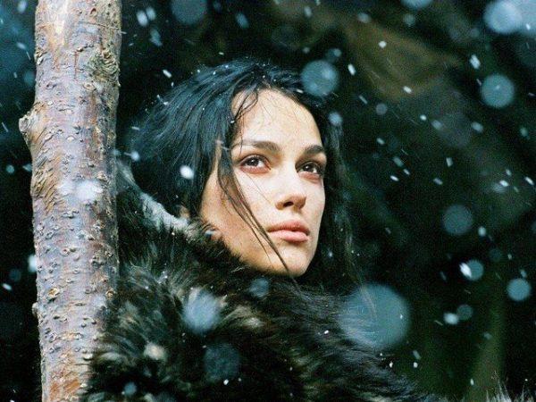 Задумчивая женщина смотрит на снег