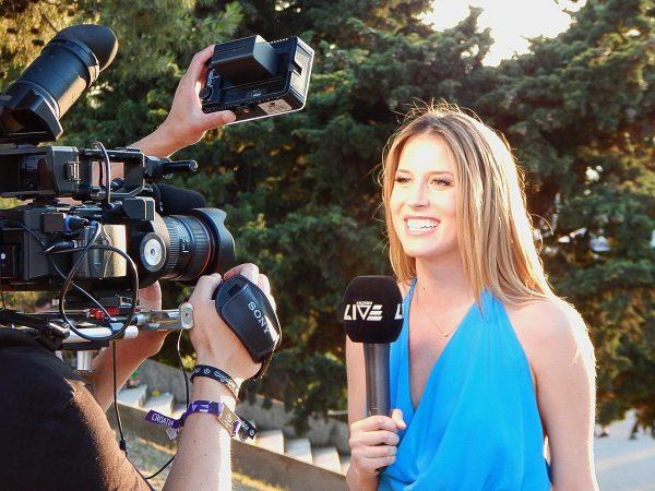 Журналистка перед камерами