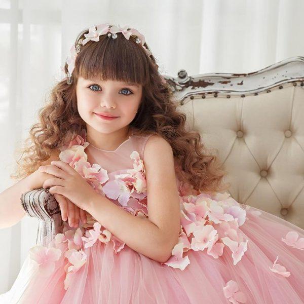 Девочка в нежно-розовом платье