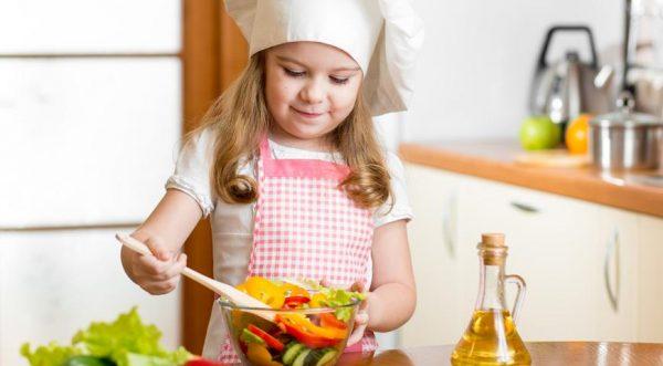 Девочка готовит салат