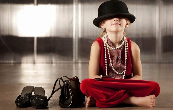 Девочка в мамином платье и шляпе