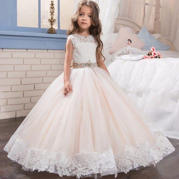 Девочка в свадебном платье