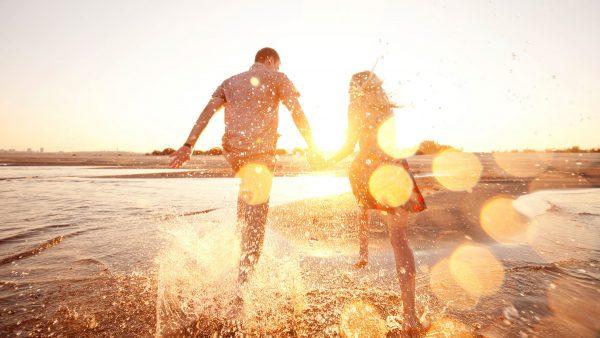 Девушка и мужчина бегут по воде