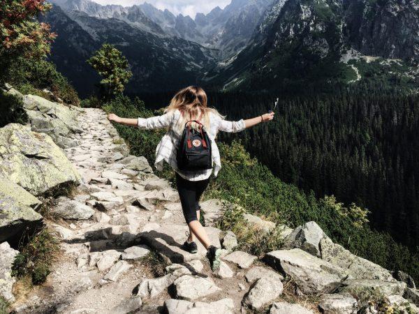 Девушка идёт по горной тропе