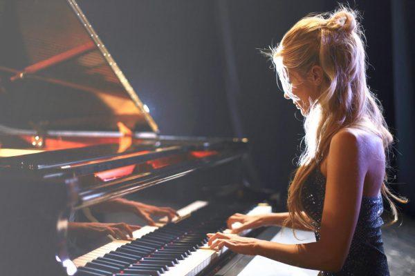 Девушка играет на рояле