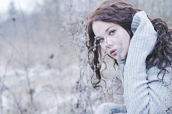 Девушка на фоне зимнего пейзажа