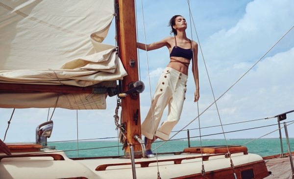 Девушка на корабле