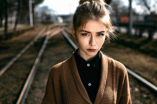 Девушка на железной дороге