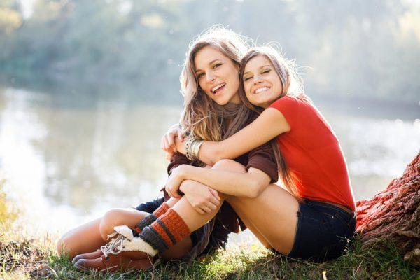 Девушка обнимает подругу