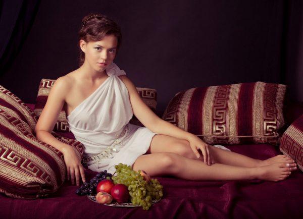 Девушка, одетая в древнегреческом стиле