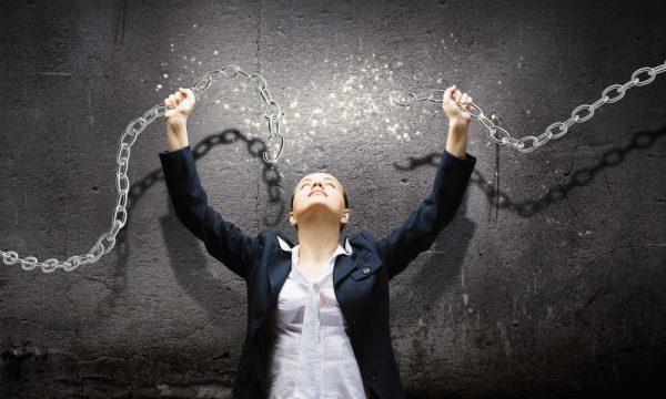 Девушка разрывает цепи