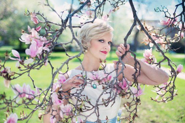 Девушка рядом с цветущим деревом