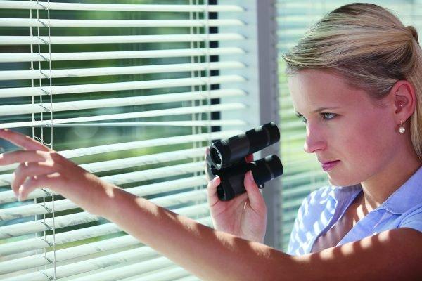 Девушка с биноклем у окна
