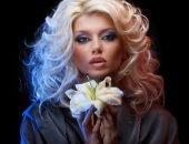 Девушка с лилией