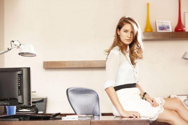 Девушка сидит на рабочем столе