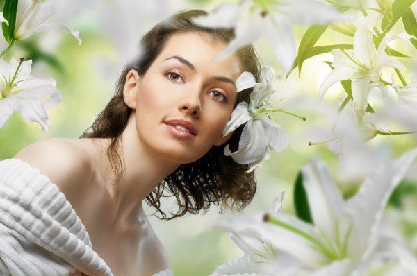 Девушка среди белых лилий