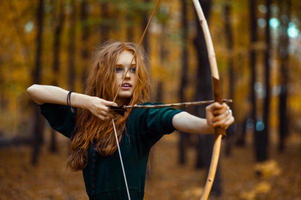 Девушка стреляет из лука