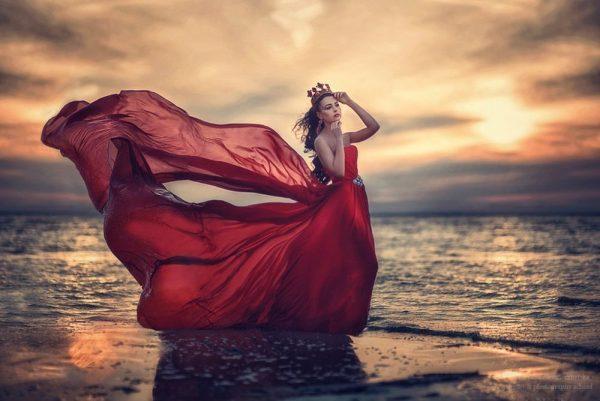 Девушка в короне на фоне морского заката