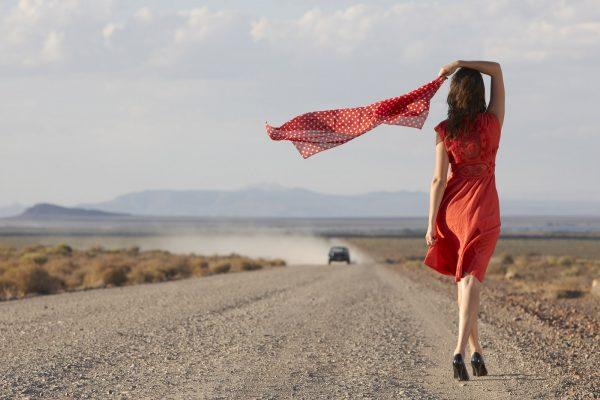 Девушка в красном платье на дороге