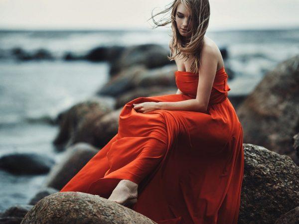 Девушка в оранжевом платье