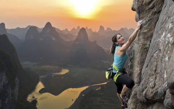 Девушка взбирается в гору