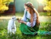 Добрая девушка кормит козлёнка