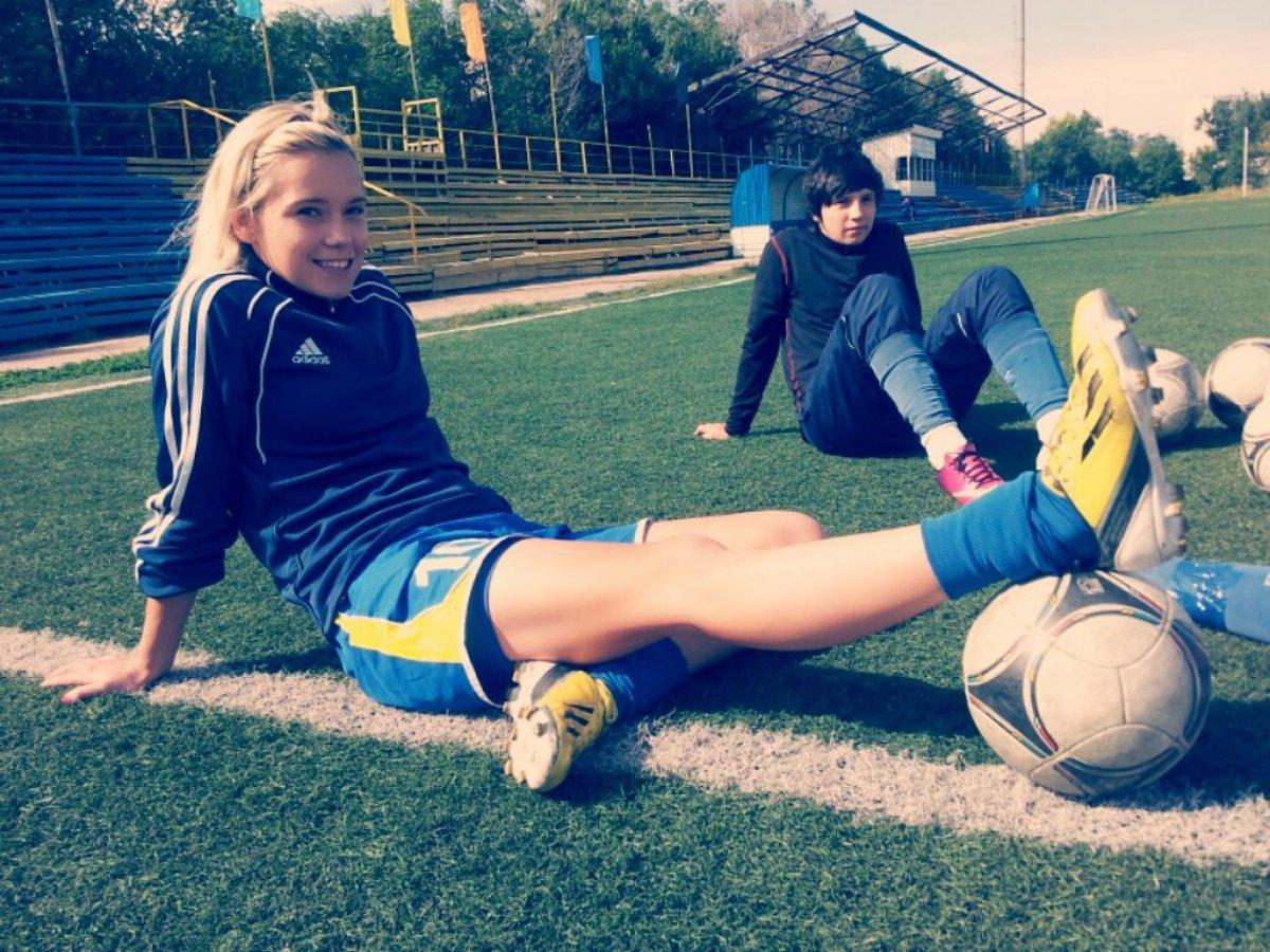 girl playing soccer - HD1200×900