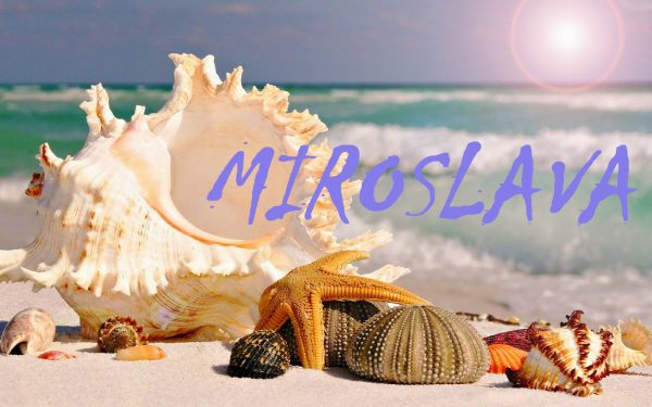 Имя MIROSLAVA на фоне ракушек и моря