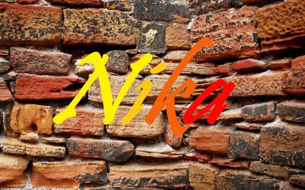 Имя Nika на фоне кирпичной стены